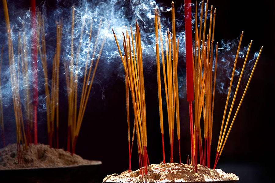 Mơ thấy mình thắp hương phải chăng là một lời cảnh báo? Luận giải ý nghĩa và con số may mắn