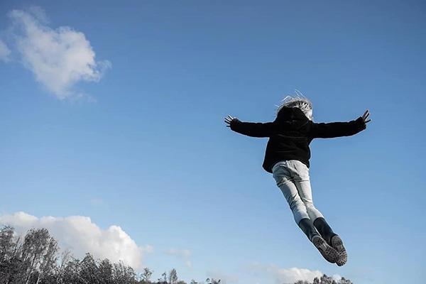 Mơ thấy mình bay thể hiện mong muốn tự do hay là điềm báo may mắn?